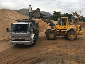 Carregamento do caminhão de areia